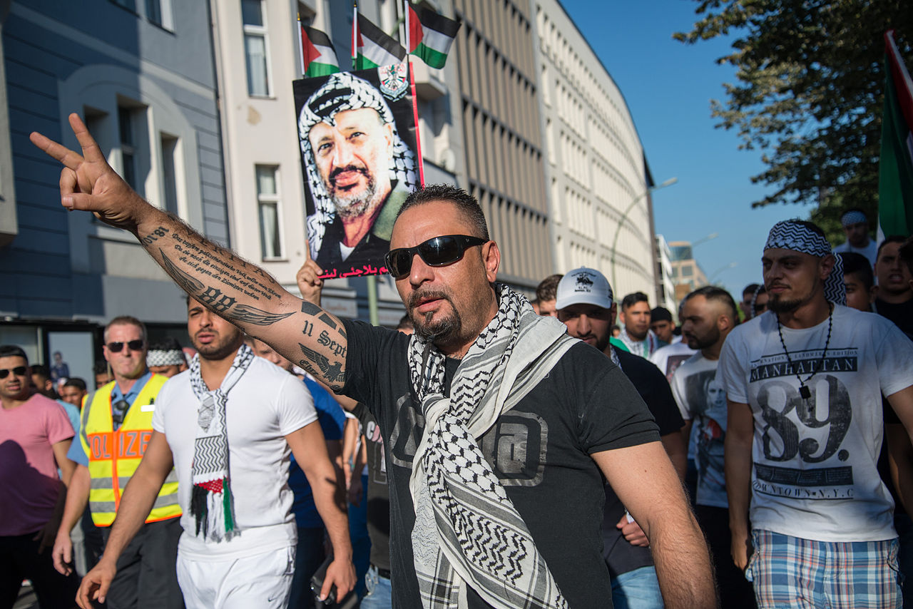 Openly antisemitic Protester in Berlin